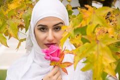 Belle femme musulmane avec le hijab Image stock
