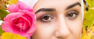 Belle femme musulmane avec le hijab Photographie stock libre de droits