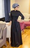 Belle femme musulmane dans une robe orientale moderne se tenant dans le foyer du restaurant Photos libres de droits