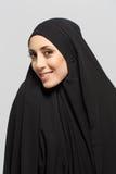 Belle femme musulmane regardant l'appareil-photo images stock
