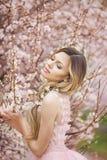 Belle femme naturelle dans le jardin des fleurs photos libres de droits