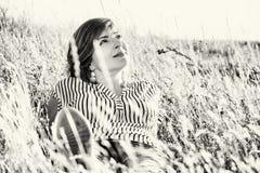 Belle femme naturelle posant dans le pré, le noir et le petit morceau d'été Photos libres de droits