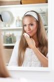 Belle femme nettoyant son visage Images libres de droits