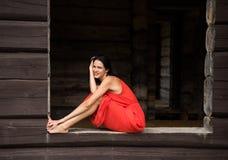 Belle femme nue dans le tissu rouge photo stock