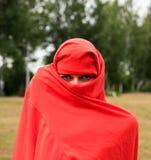 Belle femme nue dans le tissu rouge photo libre de droits