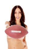 Belle femme nue tenant la boule de football américain Photo stock