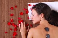 Belle femme obtenant la demande de règlement de station thermale - massage Photos stock