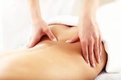 Belle femme obtenant le massage dans la station thermale Photos libres de droits