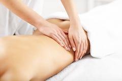 Belle femme obtenant le massage dans la station thermale Photos stock