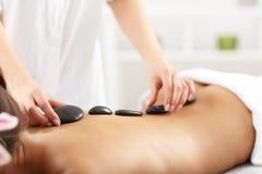 Belle femme obtenant le massage dans la station thermale Photographie stock