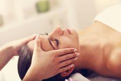 Belle femme obtenant le massage dans la station thermale Photo libre de droits