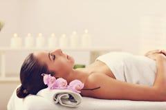 Belle femme obtenant le massage dans la station thermale Photographie stock libre de droits