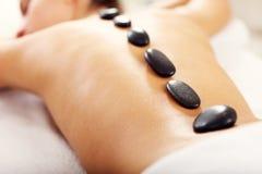 Belle femme obtenant le massage dans la station thermale Image libre de droits