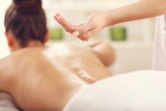 Belle femme obtenant le massage dans la station thermale Images libres de droits