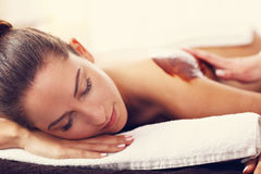 Belle femme obtenant le massage de chocolat dans la station thermale Images libres de droits
