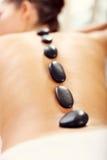 Belle femme obtenant le massage en pierre dans la station thermale Images libres de droits
