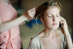 Belle femme obtenant lui des cheveux faits photographie stock libre de droits