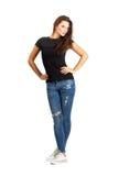 Belle femme occasionnelle avec des bras sur sa pose sur les hanches de hanches Image libre de droits