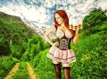 Belle femme oktoberfest avec trois tasses de bière Images stock