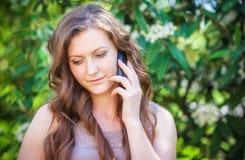 Belle femme parlant au téléphone Images stock