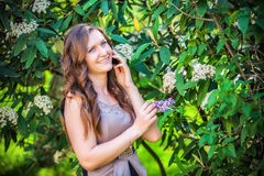 Belle femme parlant au téléphone Photos stock