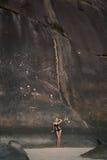 Belle femme parmi les roches géantes Photo stock