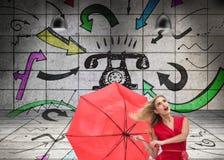 Belle femme portant la robe rouge tenant le parapluie Image libre de droits