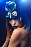 Belle femme portant le masque professionnel de maquillage et de collaborateur personnel image libre de droits