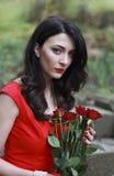 Belle femme portant une robe rouge Image libre de droits