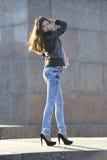Belle femme posant à l'extérieur Photos libres de droits