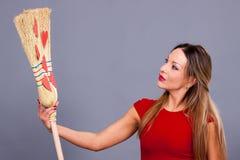 Belle femme posant avec les coeurs rouges faits de papier sur le bro Image stock