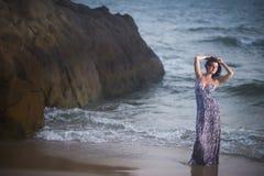 Belle femme posant en eau de mer sur le fond de mer et de roche photographie stock