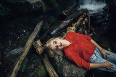 Belle femme posant près de la cascade Photographie stock libre de droits