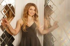 Belle femme posant près du miroir photo stock