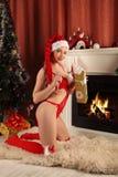 Belle femme près de la cheminée dans la maison d'hiver Noël selebrating Photo stock