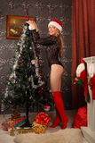 Belle femme près de la cheminée dans la maison d'hiver Noël selebrating Photographie stock libre de droits