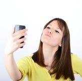 Belle femme prenant des selfies sur le fond blanc Photos libres de droits