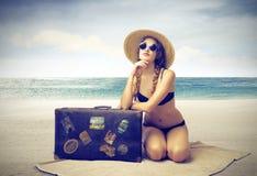 Belle femme prenant un bain de soleil sur la plage Photographie stock