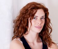 Belle femme principale rouge avec le sourire de tache de rousseur photos stock