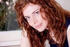 Belle femme principale rouge avec le sourire de tache de rousseur Photographie stock libre de droits