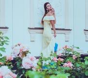 Belle femme près de façade de luxe de bâtiment Photo stock