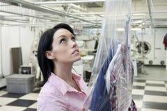 Belle femme recherchant dans la blanchisserie Photo libre de droits
