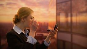 Belle femme regardant dans le miroir et redressant les cheveux, code vestimentaire dans le bureau clips vidéos