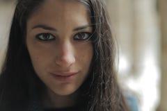 Belle femme regardant sans risque l'appareil-photo photo libre de droits