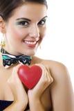 Belle femme retenant un symbole d'amour dans des mains Photographie stock