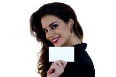 Belle femme retenant une carte de visite professionnelle vierge de visite Image stock