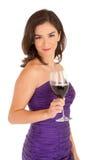 Belle femme retenant une glace de vin photographie stock libre de droits