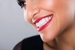Belle femme riante avec les lèvres rouges et les dents blanches, plan rapproché Images stock