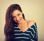 Belle femme riante enthousiaste regardant avec le sourire heureux dans le chandail chaud avec la longue coiffure bouclée Cru de p photographie stock