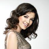 Belle femme riante heureuse avec les poils bruns Photographie stock libre de droits